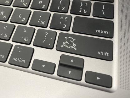 Гравировка на клавише MacBook